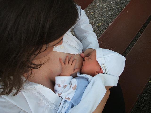 Chirurgie mamaire et allaitement : Est-ce possible ? Quels sont les risques ?