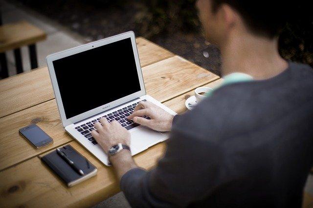 Quelles sont bonnes postures à adopter quand on travaille devant un écran ?