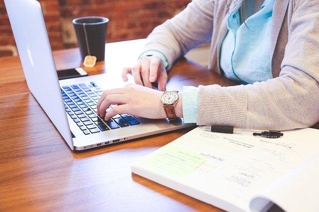 Travail sur écran : Quelles sont les bonnes postures à adopter ?